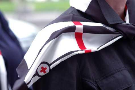 Wir sind ein Frauennetzwerk mit deutschlandweit 32 DRK-Schwesternschaften, die ihre Zusammengehörigkeit u.a. auch durch das Tragen der Imagekleidung symbolisieren. Dazu gehört auch ein Schal mit dem stilisierten Schwesternschaftslogo: dem roten Kreuz mit blauem Kreis.