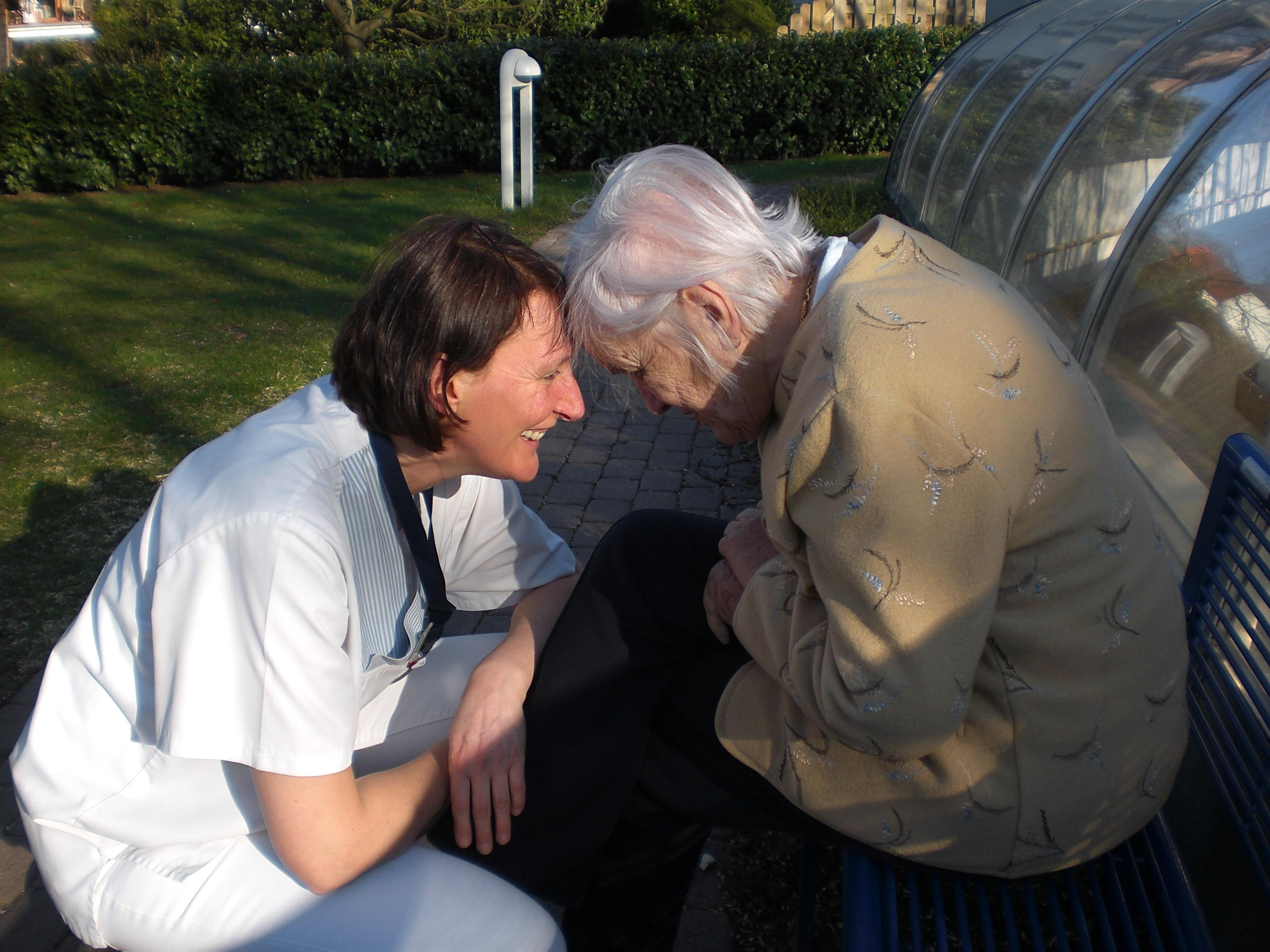 Das Alten- und Pflegeheim sowie der ambulante Pflegedienst haben in Lüneburg und dem Umland einen ausgezeichneten Ruf. Die Menschlichkeit, wie hier Schwester Irene mit Frau Fischer, macht uns aus und ist bis heute unser wichtigster berufsethischer Leitgedanke.