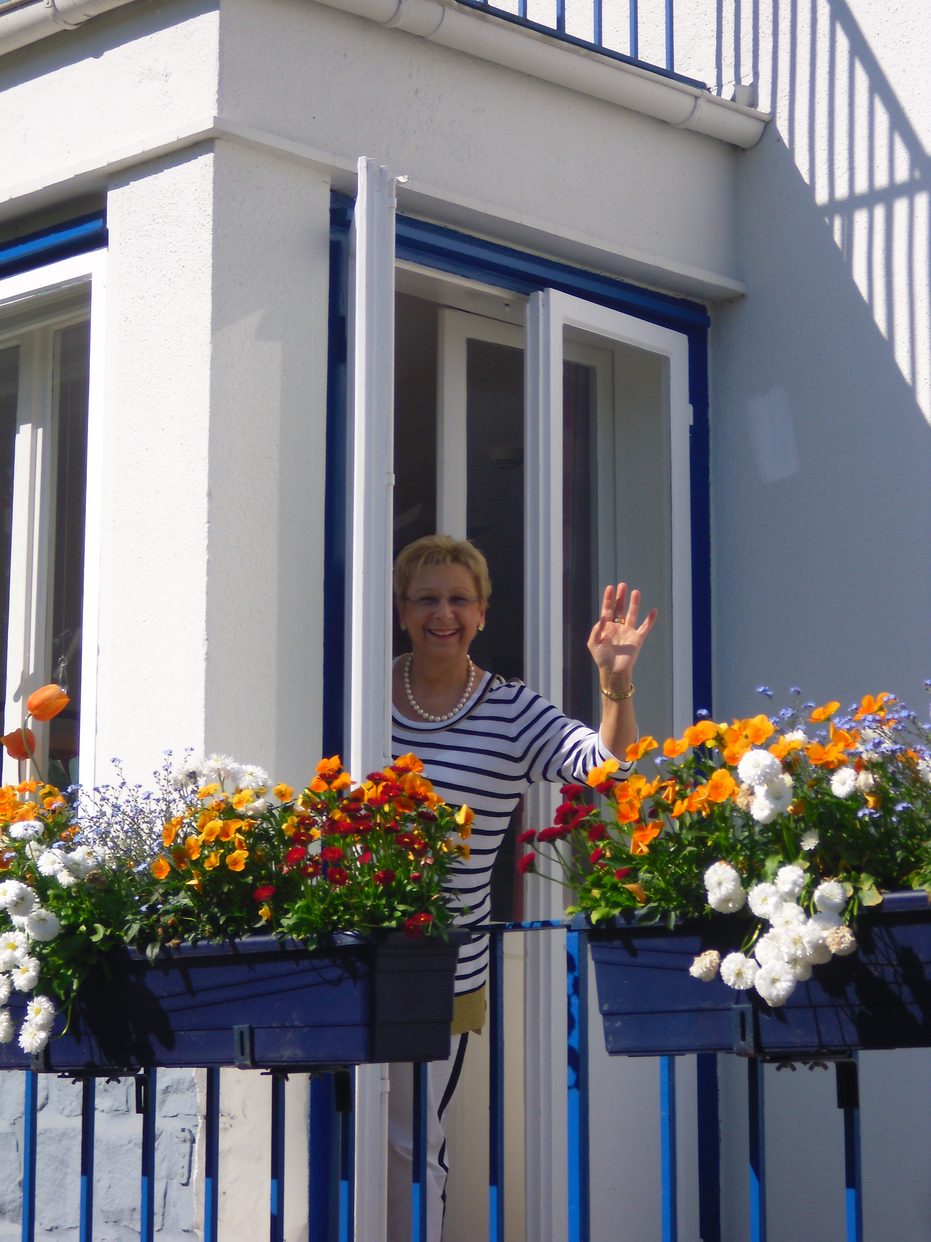 Im Augusta-Haus befindet sich auch die Verwaltung und unter anderem das Büro der Oberin, Elisabeth Gleiß, die hier aus Ihrem Fenster winkt.