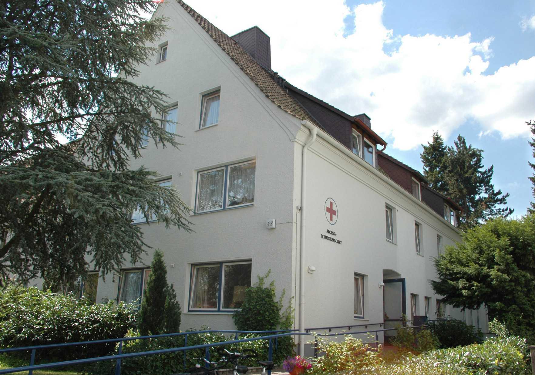 In unserem Mutterhaus in der Heinrich-Heine-Straße haben wir 78 Pflegeplätze. Diese sind auf zwei Häuser aufgeteilt, einige Zimmer befinden sich auch im Augusta-Haus, das mit dem dem im Mutterhaus befindlichen Alten- und Pflegeheim durch einen Glastunnel verbunden ist.
